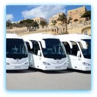 Białe autokary na postoju
