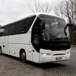 Biały autokar Neoplan Tourliner na postoju