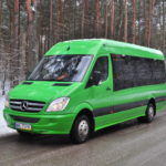 Mercedes Sprinter w lesie